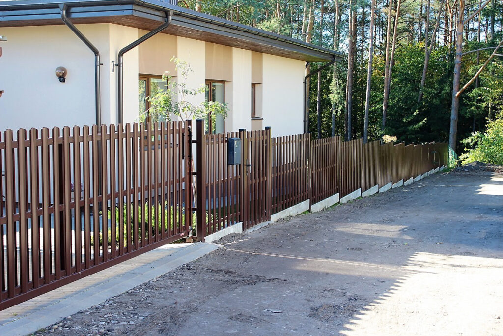 Namų tvora.  Kaip išsirinkti tinkamą?